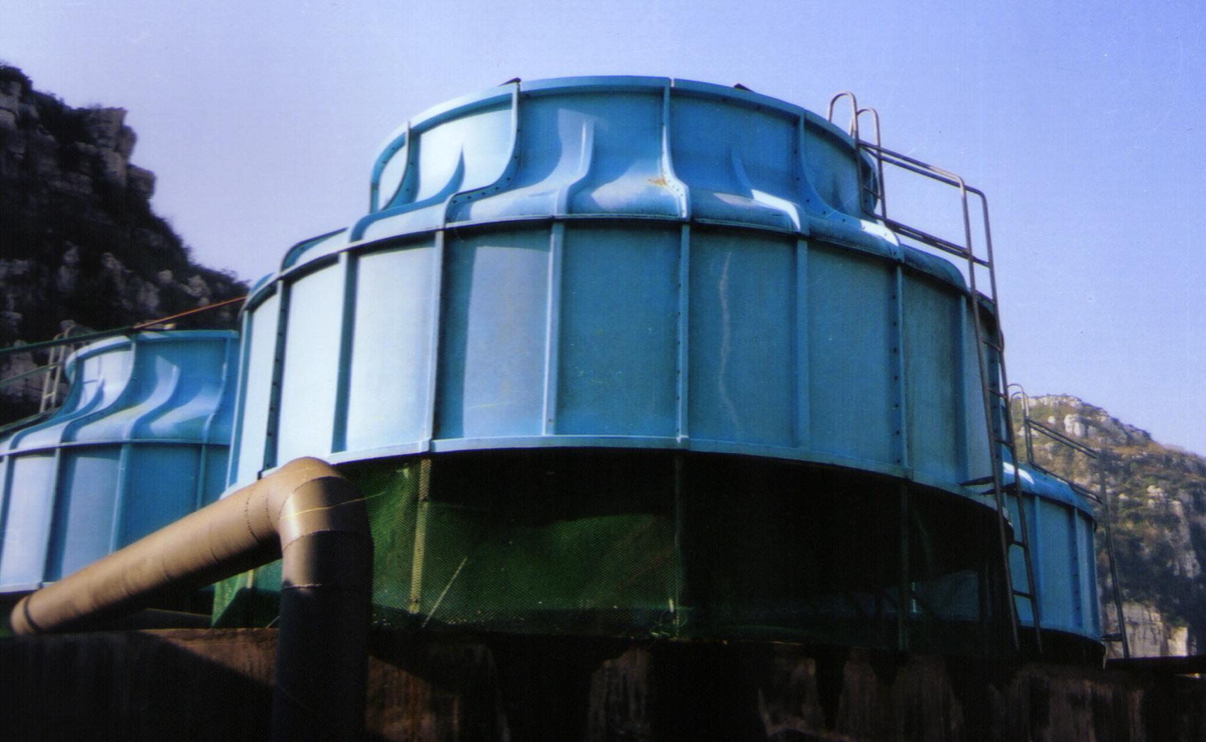 蓝色圆形冷却塔